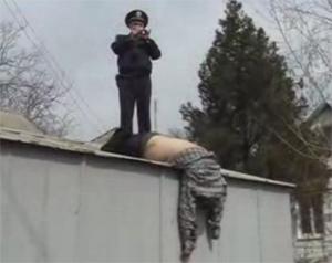 труп на крыше гаража